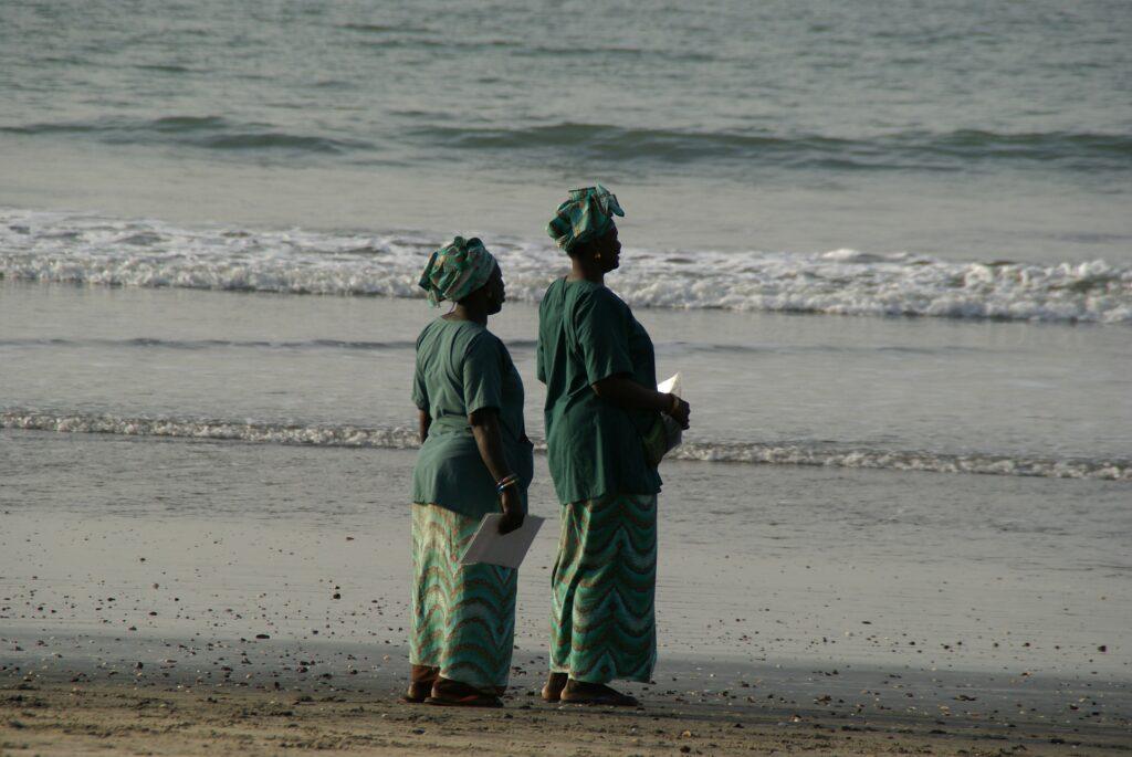 Kvinnor på stranden i Gambia