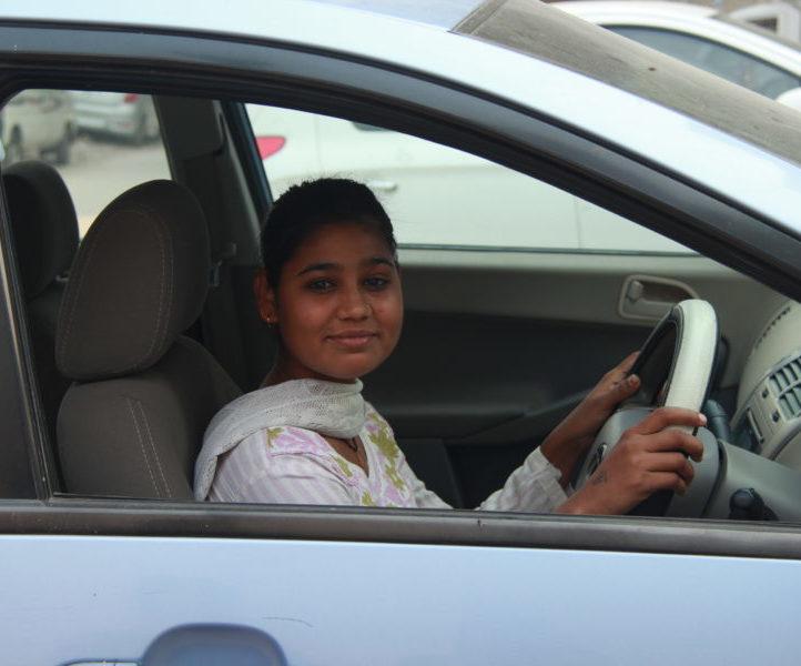 Kvinnlig chaufför Women on Wheels Internationella kvinnodagen