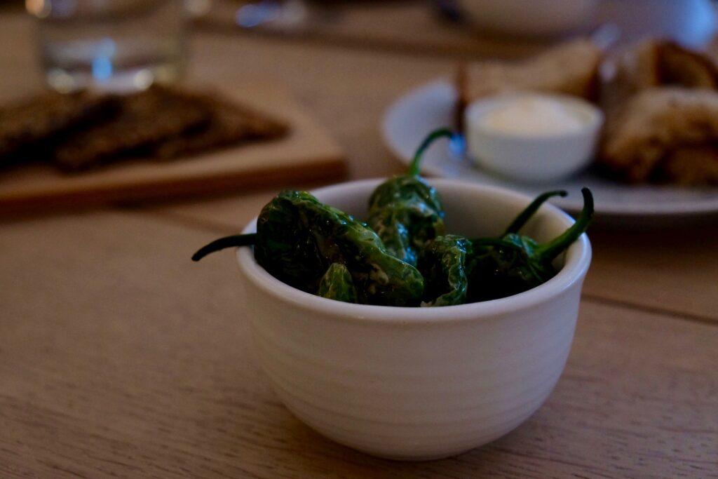Ett bord erbjuder ekologisk mat att dela runt ett stort träbord.