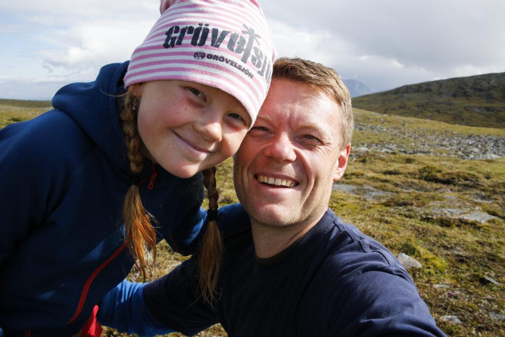 Niklas Kämpargård tillsammans med sin dotter på resa i Grövelsjön.