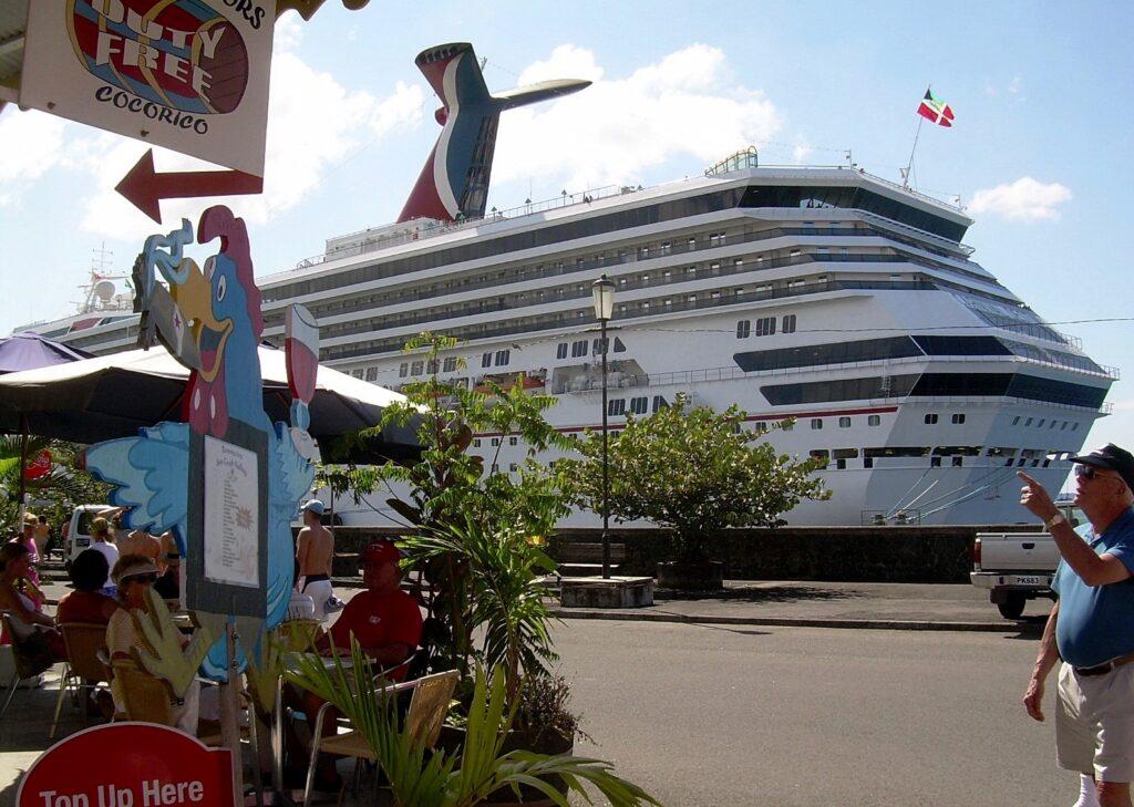 Ett stort kryssningsfartyg har just anlänt till Dominica och huvudstaden Roseau.