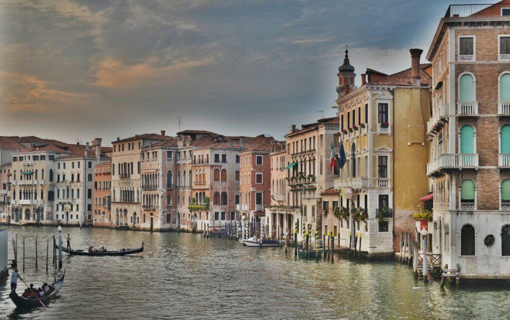 Venedig och båtar på kanalen.