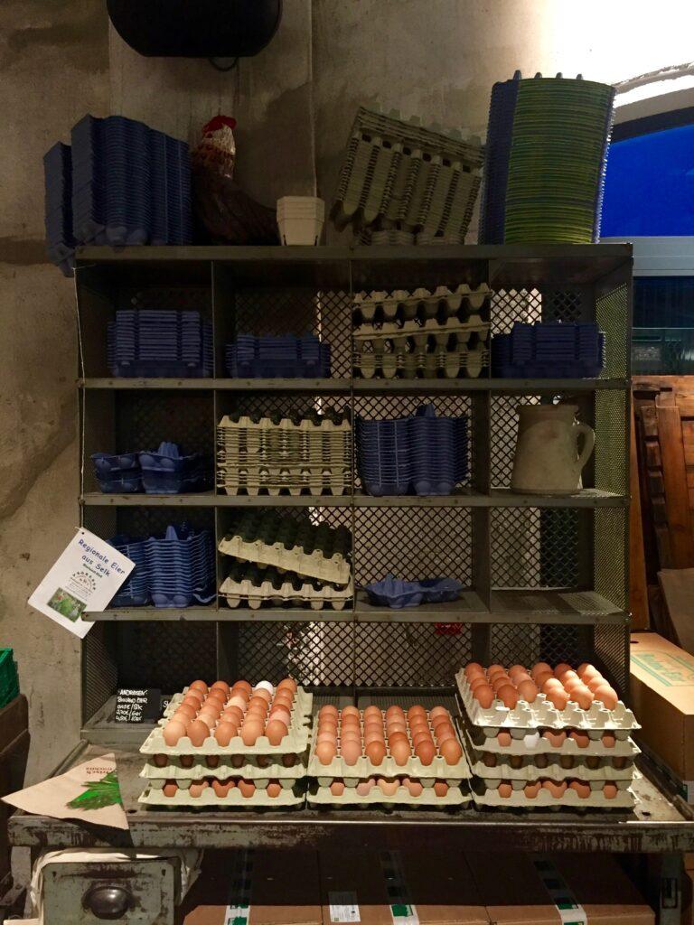 På Hobenköök kan du köpa färska ekologiska gårdsägg.