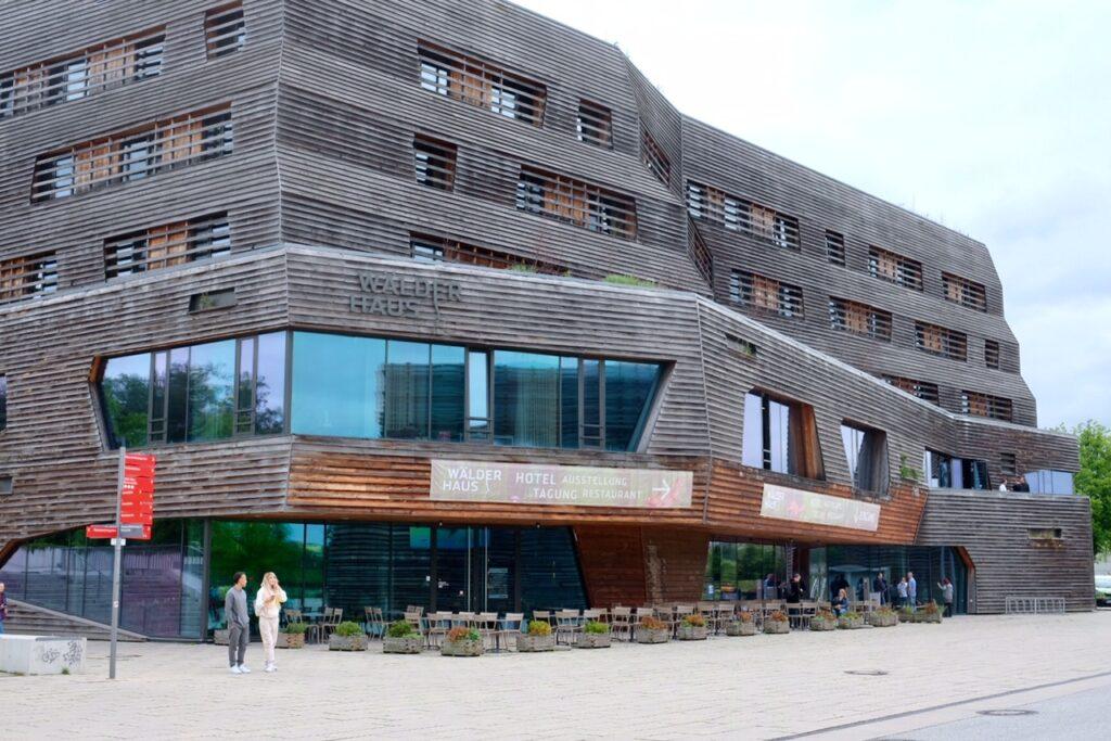 Raphael Hotel Walderhaus sett utifrån. En byggnad i trä i kvarteret Wilhelmsburg.
