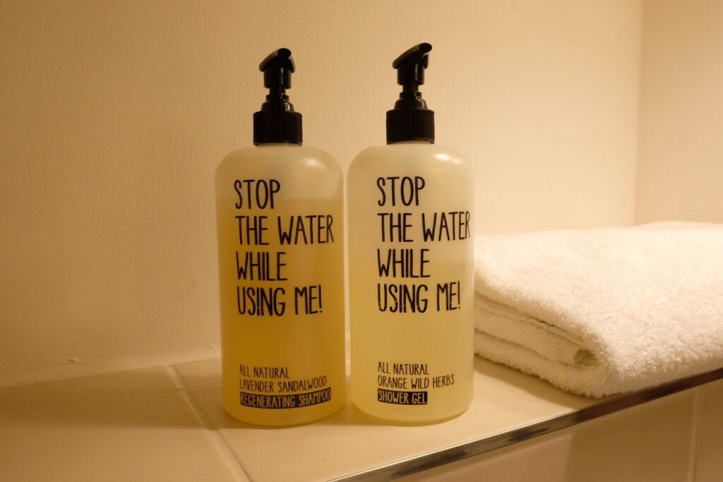 Badrumsprodukter Raphael Hotel Walderhaus som uppmanar till att sparar på vatten.