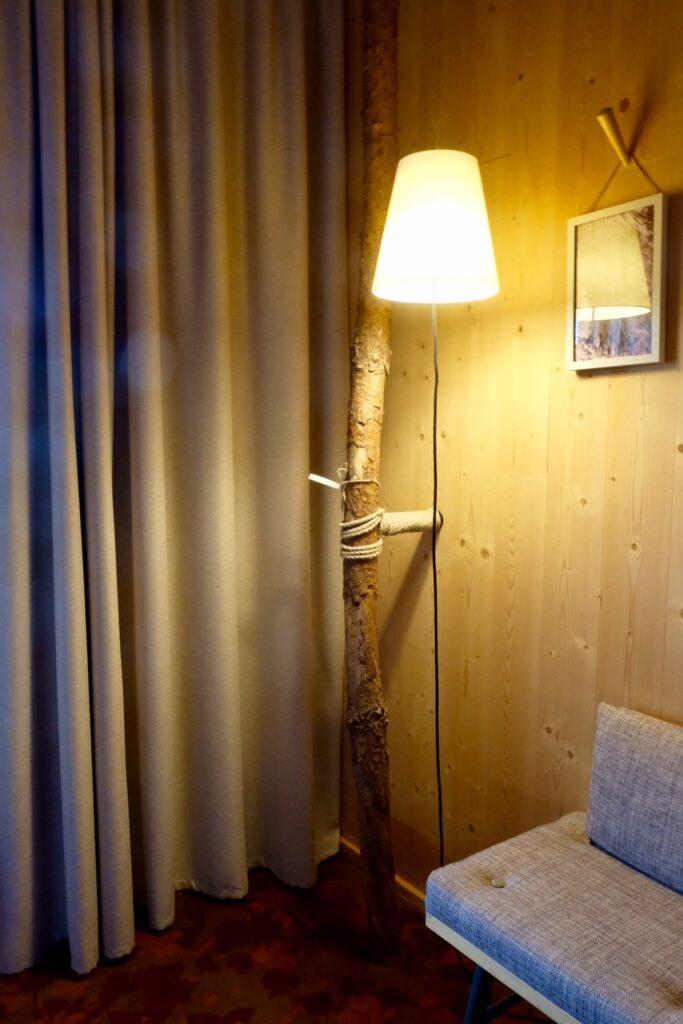 Detaljbild från rummen på Raphale Hotel Walderhaus. En trägren står i varje rum.
