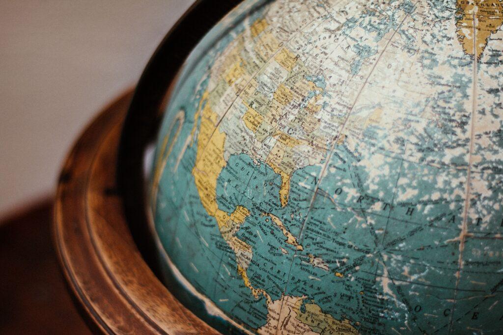 Jordglob. Världen är stor och det finns många destinationer att välja på men alla resmål är inte likvärdiga ur ett hållbarhetsperspektiv.