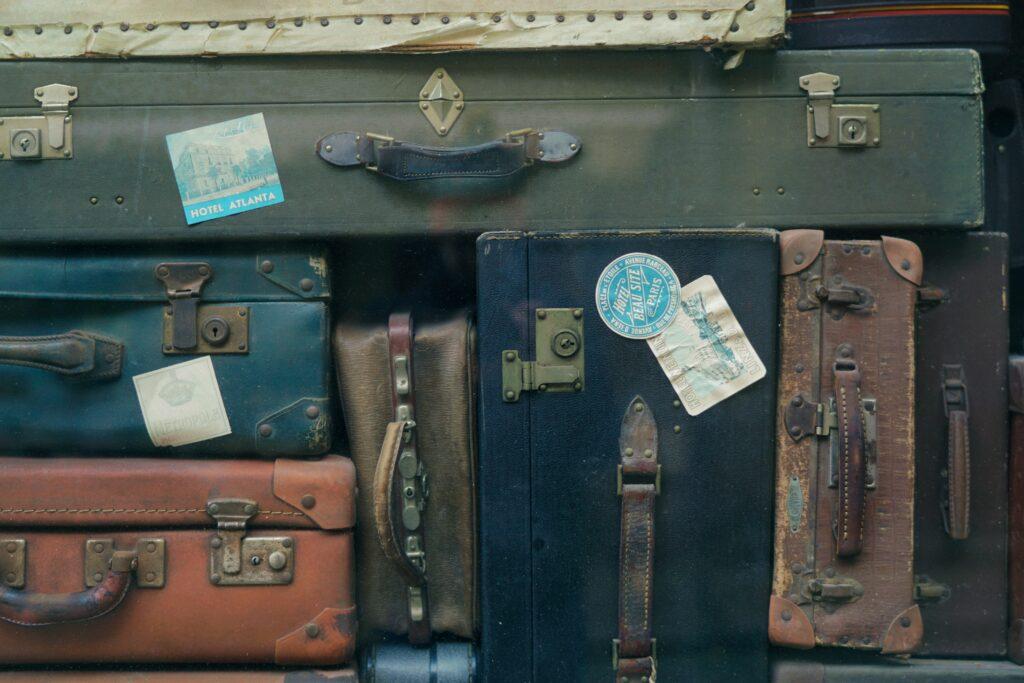 Packa smart är också en del av att resa hållbart. Gamla koffertar är vackra men kanske inte så praktiska.