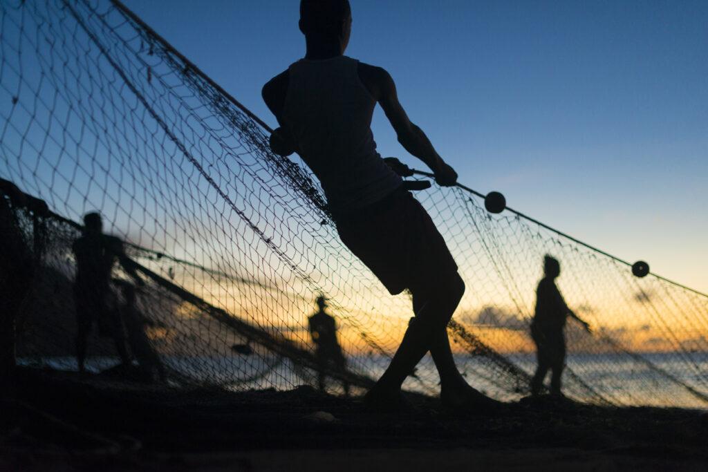 Fiskarna lägger nät i Castara Tobago